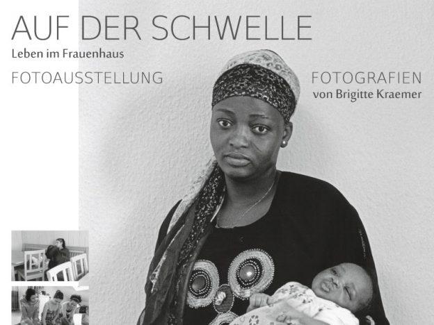 """Plakat zur Fotoausstellung """"Auf der Schwelle – Leben im Frauenhaus"""", Fotografien von Brigitte Kraemer"""